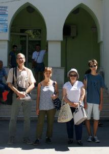 Борис Федоровски със семейството си се снима пред хирургическото отделение на хасковската болница