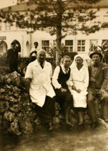 Д-р Федоровски и съпругата му Наталия се снимат с благодарни пациенти в двора на хасковската болница през есента на 1945 г.