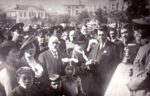 Честване Денят на детето в Хасково, 1936 г. В средата д-р Върбан Герджиков